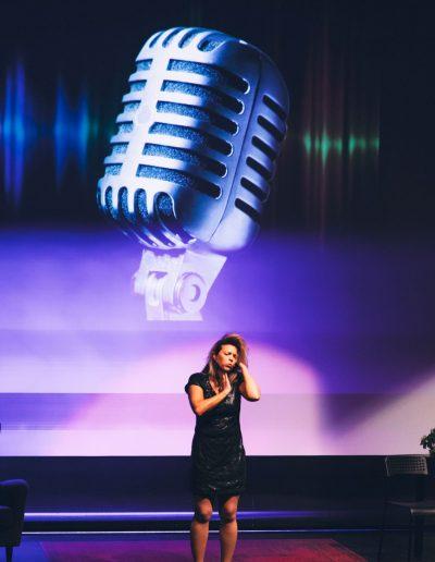 Imitation Eva Dahlgren mikrofon Anna Bromee Sigtuna